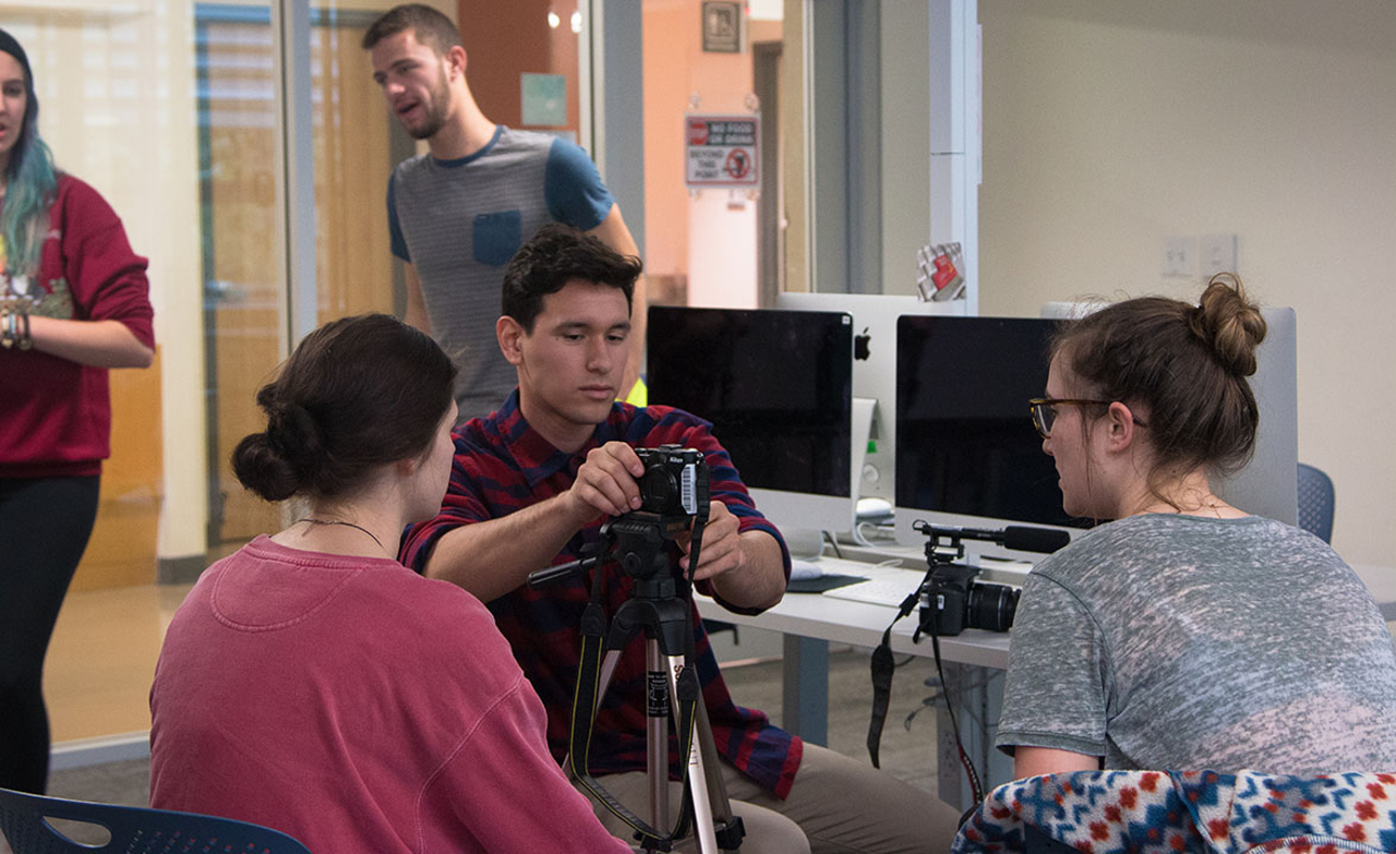 Students collaborate on multimedia projects in a Gateway to Media class at the University of Oregon. Photo courtesy of UO School of Journalism and Communication.